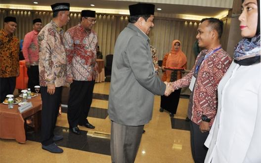 Setda Aceh Drs. Dermawan MM, menyematkan tanda pengenal kepada peserta training Integrasi senin 5/12 di hotel grang nanggroe disaksi Kajati Aceh Raja Nafrizal, SH dan Kepala Dinas Syariat Islam Aceh Prof Dr. H. Syahrizal Abbas, MA