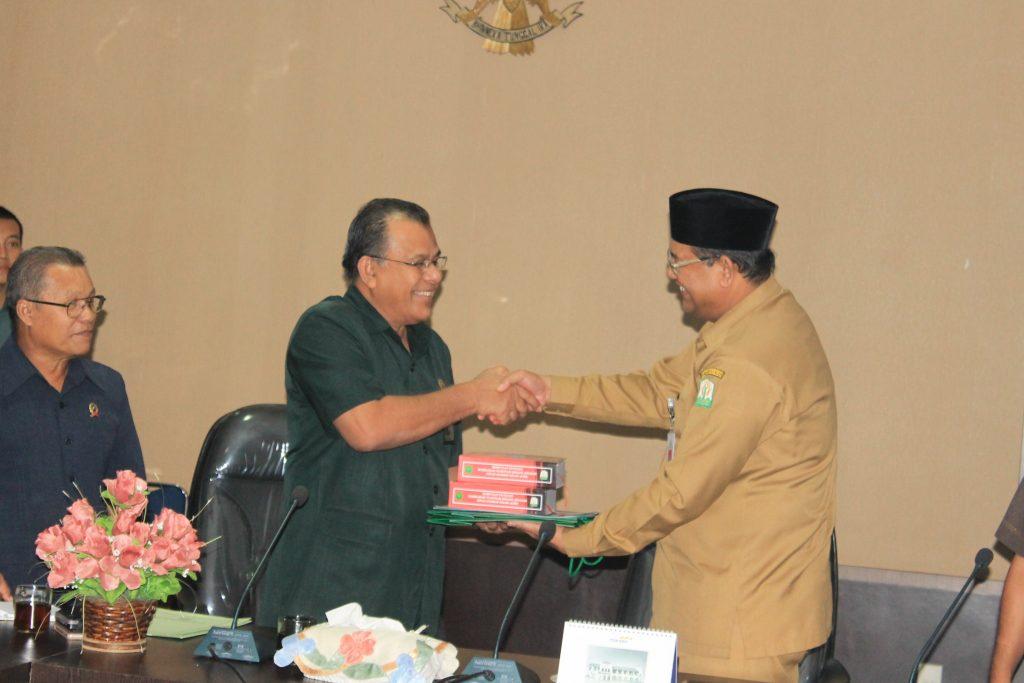 Penyerahan buku, tas dan beberapa perangkat lainnya kepada ketua Mahkamah Syar'iyah Aceh