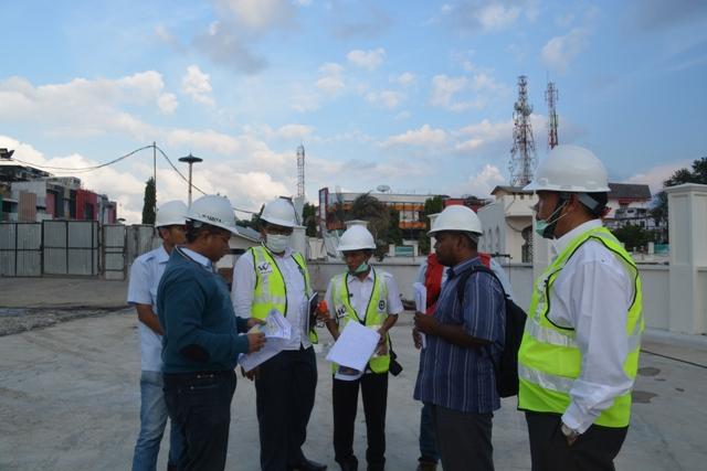 Pejabat Dinas Syariat Islam Sedang Melakukan Peninjauan Terhadap Proyek Masjid Raya Baiturrahman Kota Banda Aceh, Rabu (8/3).