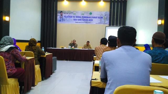 Prof Dr Syahrizal Abbas MA saat memberikan materi pada pelatihan TOT modul pembinaan syariat Islam bagi guru SLTA se-Aceh di hotel Grand Aceh, Selasa tanggal 4/4/2017.