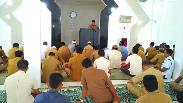 """Kadis Syariat Islam Aceh, Dr Munawar A Jalil MA menyampaikan ceramah perdana yang bertajuk """"Ikhlas Beribadah Dalam Rangka Menggapai Ridha Allah"""" di mushalla As-Salam, Senin (29/5/17) ba'da zuhur."""