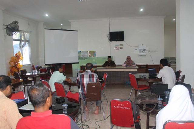 Ketua pelaksana Nurullah MA yang didampingi oleh Drs Ridwan Johan (Kepala UPTD PPQ DSI Aceh) saat membuka kegiatan pelatihan peningkatan skill pengelolaan website DSI dan LPTQ Aceh yang berlangsung di gedung LPTQ Aceh pada hari Sabtu (20/5/17) pagi.