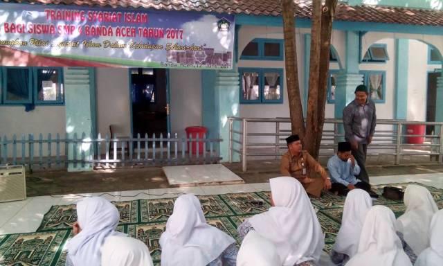Para siswa tampak santai namun serius saat mengikuti training syariat Islam yang berlangsung di halaman sekolah SMP negeri 4, Peunayong, Banda Aceh pada hari Senin (12/6/17) pagi.