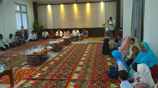 Suasana hangat saat berbuka puasa bersama keluarga besar DSI Aceh yang berlangsung di aula LPTQ Aceh, pada Sabtu (17/5/17) petang.