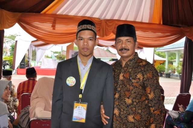 Kepala UPTD PPQ DSI Aceh, Drs H Ridwan Johan Sedang Foto Bersama salah satu Peserta Kafilah Aceh STQN XXIV di Tarakan, Kalimantan Utara