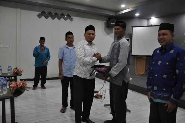 Kepala DSI Aceh sekaligus Ketua Rombongan Kafilah Aceh STQN XXIV 2017, menerima Cendera Mata secara Simbolis dari Masyarakat Aceh yang berada di Tarakan Kalimantan Utara sebagai tanda Dukungan kepada Kafilah Aceh.