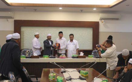 Kepala Dinas Syariat Islam Aceh Dr Munawar A Djalil MA menerima Cendera Mata dari Datok Abdullah Pejabat Kerajaan Kelantan Usai Diskusi Syariat Islam di Aceh, di Ruang Rapat Potensi Daerah, Jumat Pagi, (4/7).