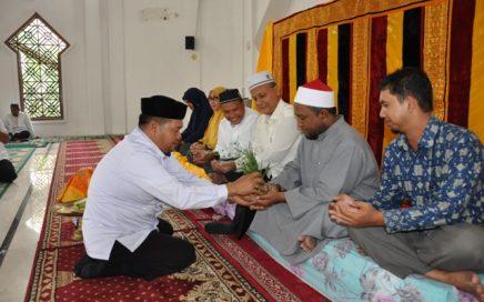 Drs Nasruddin MAg Mewakili Kadis Syariat Islam Aceh Saat Pesijuk Calon Jemaah Haji dari Keluarga Besar DSI Aceh di Mushalla As-Salam, Komplek Keistimewaan Aceh, Jumat Pagi, (11/8).