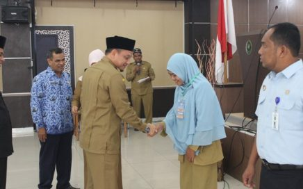 Penyematan Bed Peserta Oleh Kepala Dinas Syariat Islam Aceh