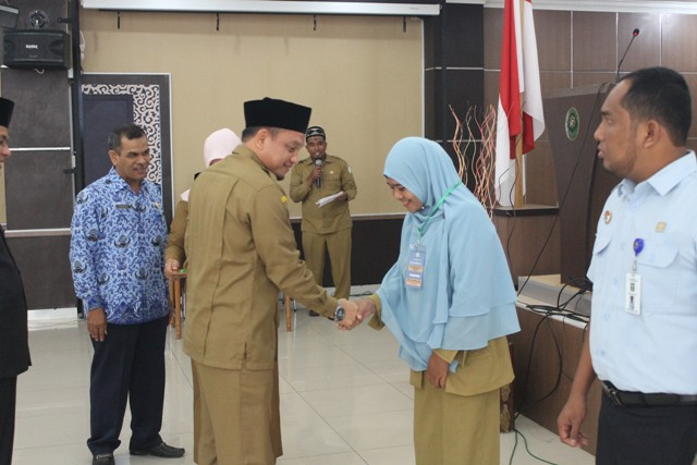 Penyematan Badge Peserta Oleh Kepala Dinas Syariat Islam Aceh