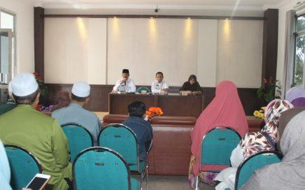 Drs Ridwan Djohan (kiri) memberi kata sambutan saat menerima kunjungan tamu PAS Malaysia pada Jumat (22/9/17) pagi bertempat di aula gedung LPTQ Aceh.