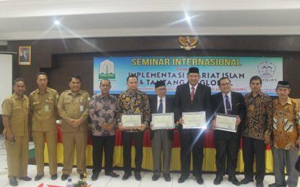 Foto Bersama Kepala Dinas dan Pejabat DSI Aceh bersama Narasumber pada Acara Seminar Internasional Pada Tanggal 03/10/2017 di Aula Pascasarjana UIN Ar-Raniry Banda Aceh