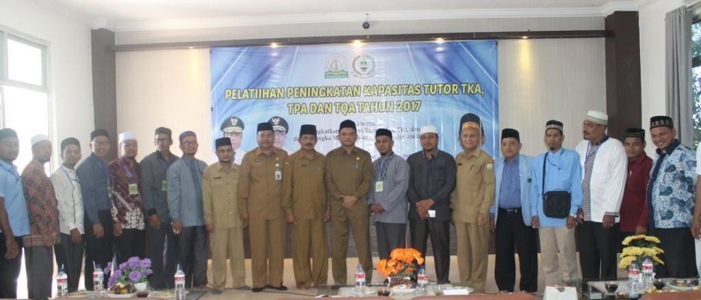 Kepala DSI Aceh DR. Munawar A Djalil MA beserta pejabat DSI Aceh Melakukan Foto Bersama Para Peserta Pelatihan Peningkatan Kapasitas Tutor TKA, TPA dan TQA se-Aceh Pada Tanggal 17 Oktober 2017 di Aula LPTQ Aceh