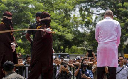 Algojo melakukan eksekusi cambuk terhadap pelanggar syariat Islam di halman Masjid Syuhada Lamgugop, Banda Aceh, Selasa (31/5/2015)