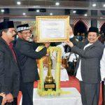 Setda Aceh Dermawan dua dari kanan Menyerahkan Piala bergilir