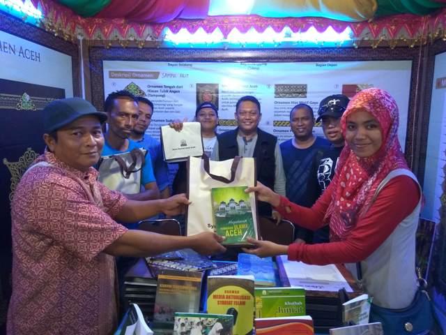 Panitia Stan DSI Aceh Membagikan Buku secara Gratis Kepada Pengunjung Pada Event Sail Sabang Tahun 2017