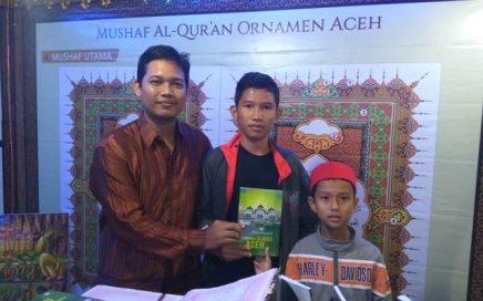 Panitia Stand DSI Aceh Membagikan Buku Gratis Kepada Pengunjung dalam Event Sail Sabang.Jpeg