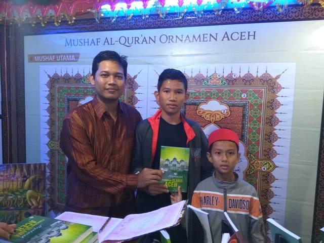 Panitia Stand DSI Aceh Membagikan Buku Gratis Kepada Pengunjung dalam Event Sail Sabang