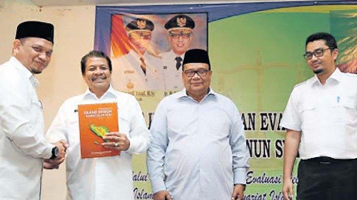 Penyerahan  Dokumen Grand Design Syariat Islam Kepada Setda Aceh, Drs Dermawan MM