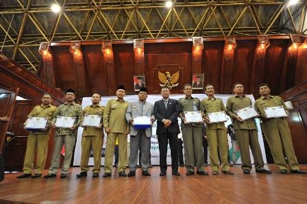 Penerima Penghargaan Dalam Acara Anugerah Keterbukaan Informasi Publik Berfoto Bersama di Anjong Mon Mata, Banda Aceh, Senin, 18/12/17.