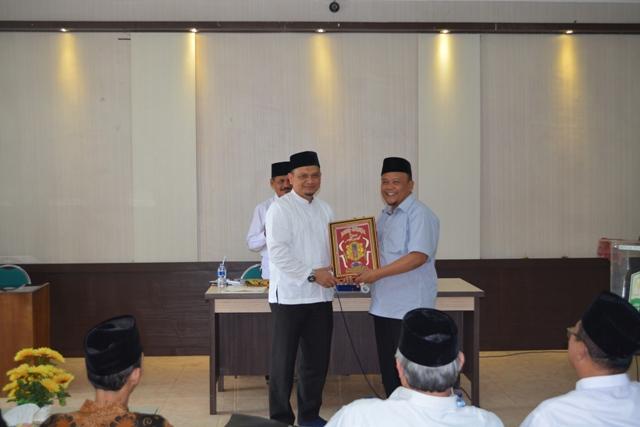 Kepala Dinas Syariat Islam Aceh Dr Munawar A Djalil MA, Menyerahkan Cindera Mata Kepada LPTQ Jawa Barat