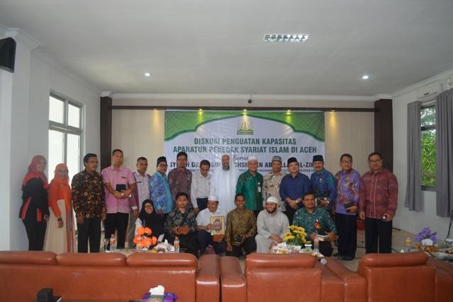 Foto Bersama Syeikh Dr Abdul Muchsin Bin Abdullah Az-zikri, Hakim Mahkamah Kasasi dan Guru Besar Universitas Imam Muhammad Bin Su'ud Riyadh Arab Saudi di Aula LPTQ Aceh.