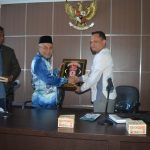 Dr Munawar A Djalil MA (kanan) Menyerahkan Cinderamata Kepada Dr Mohamad Khir Bin Toyo (tengah) Saat Kunjungan Rombongan Yayasan Kepimpinan Ilmuwan Malaysia ke DSI Aceh