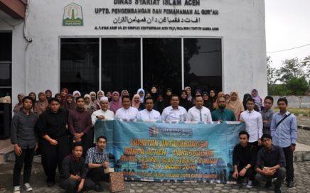 Pejabat di Lingkungan DSI Aceh Berfoto Bersama Mahasiswa Pengajian Qur'an dan Sunnah dari Kolej Universiti Islam Pahang Sultan Ahmad Shah Pahang, Malaysia Saat Kunjungan Ke DSI Aceh, Pada Jum'at (28/1/2018) Siang.