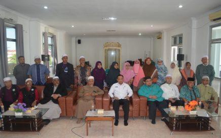 Foto Bersama Kadis Syariat Islam Aceh Dr Munawar A Djaliil MA dengan Rombongan Speaker Dewan Negeri Kelantan pada Tanggal 07/02/2018 di Aula LPTQ Aceh