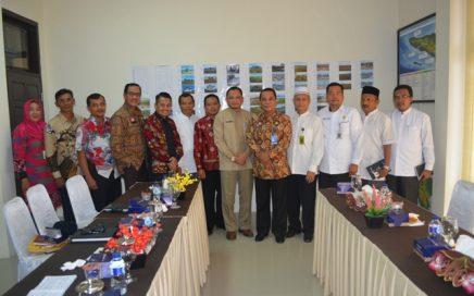 Pejabat Dinas Syariat Islam Aceh Foto Bersama Pejabat Kanwil Kementerian Hukum dan HAM Aceh dalam Rangka Pelaksanaan Hukum Acara Jinayat Tentang Barang sitaan Pelanggaran Syariat Islam.