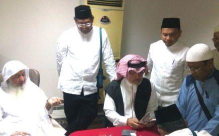 BENDAHARA Baitul Asyi, Muhammad Sayid membagikan uang Baitul Asyi kepada JCH Kloter 1 Aceh di Mekkah.    Artikel ini telah tayang di serambinews.com dengan judul Pahami Baik-baik, Begini Bunyi Ikrar Wakaf Habib Bugak Aceh di Mekah Ratusan Tahun Lalu, http://aceh.tribunnews.com/2018/03/13/pahami-baik-baik-begini-bunyi-ikrar-wakaf-habib-bugak-aceh-di-mekah-ratusan-tahun-lalu?page=3. Penulis: Subur Dani Editor: Zaenal