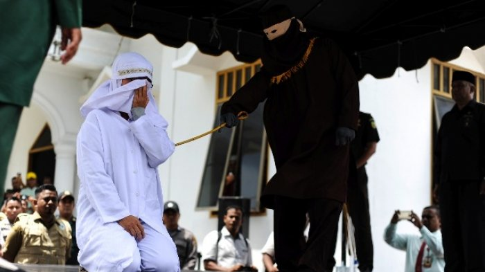 Prosesi cambuk prosesi non muslim di Masjid Babussalam, Lampaseh, Banda Aceh, Selasa (27/2/2018)