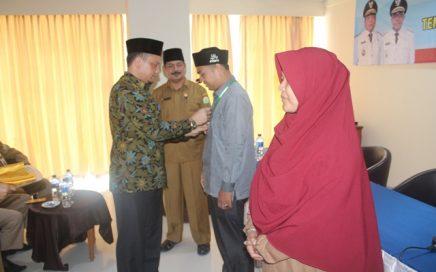 Kepala DSI Aceh, Dr Munawar A Djalil MA saat menyerahkan badge kepada juri/hakim dari kabupaten/kota Aceh di hotel Sulthan, Peunayong Banda Aceh, senin (23/04/2018).