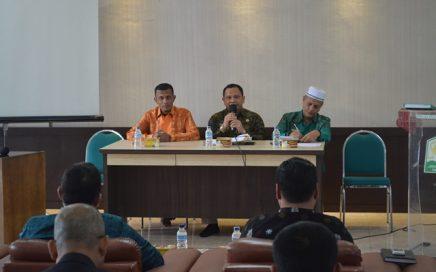Dr Munawar A Djalil MA (kiri) menyerahkan cinderamata kepada Dr Mohamad Khir Bin Toyo (tengah) saat kunjungan rombongan Yayasan Kepimpinan Ilmuwan Malaysia (YAKIN) ke DSI Aceh pada Jum'at (26/1/2018) pagi.