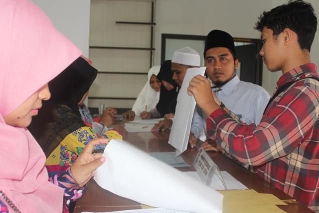 calon peserta MTQN XXVII saat sedang melakukan registrasi di LPTQ Aceh, minggu (29/04/2018) siang.