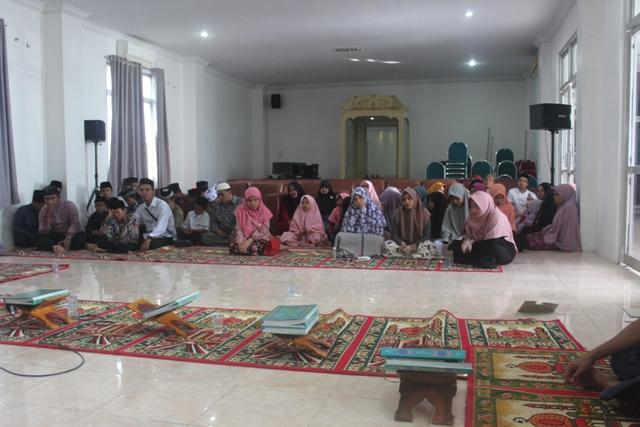 Calon peserta MTQN ke XXVII sedang diseleksi oleh juri untuk menuju ketahap selanjutnya di aula LPTQ Aceh, kamis (19/04/2018) pagi.