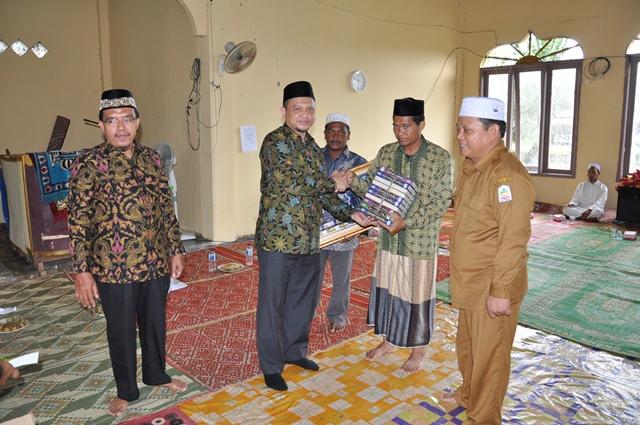 Penyerahan Peralatan Ibadah Kepada Petugas Mesjid Kabupaten Aceh Singkil Oleh Kepala Dinas Syariat Islam Aceh