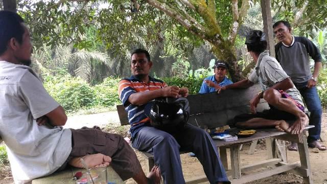 Kepala Dinas Syariat Islam Aceh Dr EMK Alidar SAg MHum sedang Menggali Informasi dari Masyarakat terkait Kinerja Da'i Perbatasan di Kabupaten Aceh Tamiang
