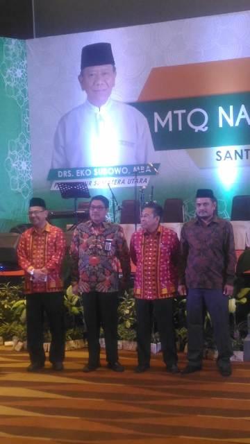Kepala DSI Aceh Dr EMK Alidar, S.Ag., M.Hum (kanan) berfoto bersama pejabat dari Badan Kepegawaian Daerah (BKD) provinsi Sumatera Utara saat launching penetapan logo serta penetapan tema MTQN XXVII di hotel Santika Dyandra Medan, kamis (12/07/2018).