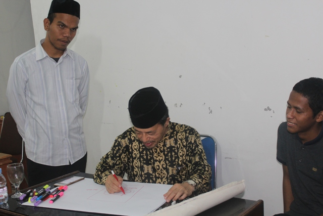 Pelatih MTQ Nasional bidang khattil, Dr H Didin Sirojuddin, M Ag saat sedang memberikan bimbingan kepada peserta MTQN ke-27 di aula LPTQ Aceh (16 juli 2018).