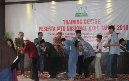 Peserta MTQN Aceh bersalaman dan mengucapkan perpisahan dengan pelatih dan panitia setelah usainya TC tahap I pada Kamis (2/8/2018) pagi di aula LPTQ Aceh.