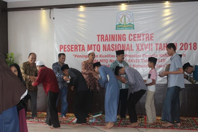 Peserta MTQN Aceh Bersalaman Dengan Pelatih dan Panitia Setelah Usainya TC Tahap I