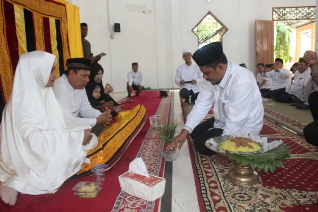 Kepala Dinas Syariat Islam Aceh, Dr EMK Alidar, S.Ag, M.Hum Melakukan Peusijuk Calon Jamaah Haji (CJH) Pegawai DSI Aceh di Mushalla As-Salam