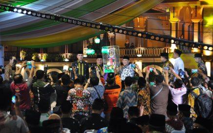Suasana pada malam penutupan MTQN XXVII Sumut yang berlangsung di arena utama (Astaka) Jalan Pancing/Jalan Williem Iskandar Medan, jumat (12/10/2018) malam.