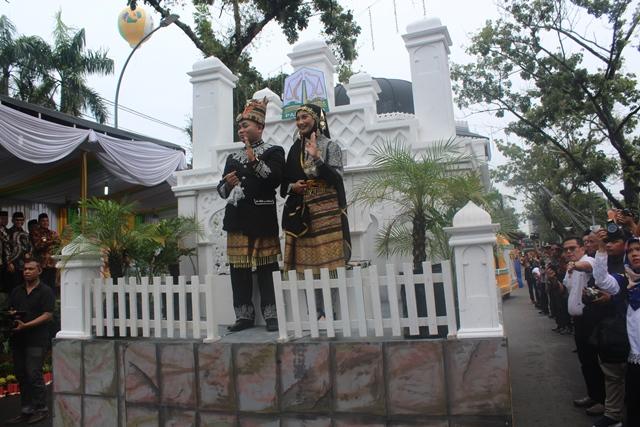 Iring-iringan pawai mobil hias kafilah Aceh yang menampilkan miniatur Masjid Raya Baiturrahman Banda Aceh dalm rangkaian kegiatan MTQ tingkat Nasional di Sumut pada Sabtu (6/10/18) pagi.