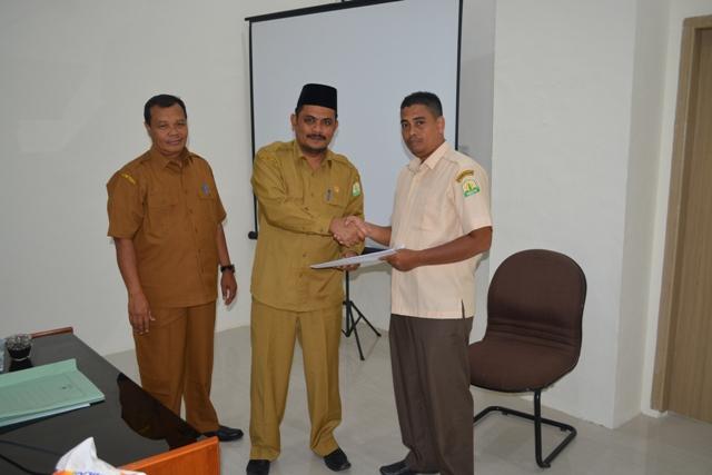 DSI Aceh Dr. EMK Alidar, S. Ag., M. Hum didampingi Sekretaris DSI Aceh Drs. Darjalil menyerahkan SK kepda salah seorang tenaga kontrak di lingkungan DSI Aceh pada Selasa Selasa (12/2/2019) pagi.