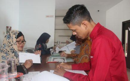 Para peserta menyepesaikan administrasi setelah selesai acara seleksi di lobi gedung LPTQ Aceh pada Minggu (17/3/2019) sore.