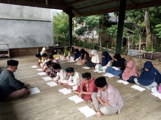Suasana pengajian di balai pengajian Tgk. Syarwani di gampong Lamsujen kec. Lhong Aceh Besar, Rabu (20/3/20190).