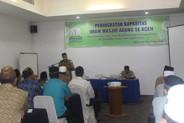 Kepala DSI Aceh Dr. EMK Alidar, S. Ag., M. Hum yang diwakili oleh Sekretaris DSI Aceh Drs. Darjalil saat membuka kegiatan peningkatan kapasitas imam masjid agung se-Aceh yang berlangsung di aula hotel Oasis Atjeh, Banda Aceh (25/3/2019) pagi.