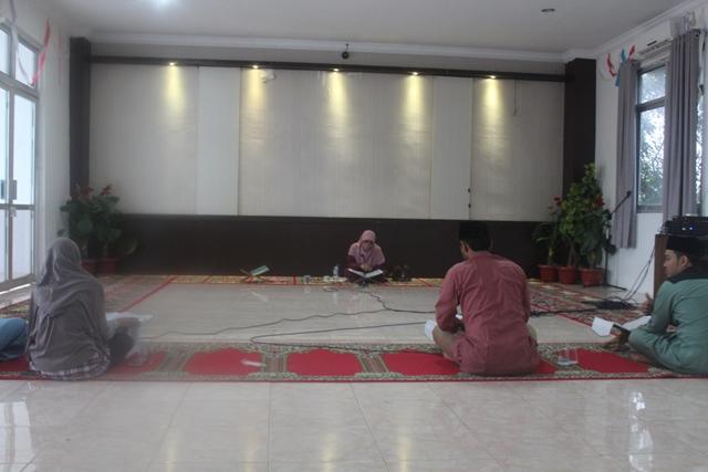 Salah seorang pelatih nasional dari Jakarta Dr Hj Ummi Khusnul Khatimah, MA sedang membimbing peserta STQ Aceh di aula gedung LPTQ Aceh, Senin (15/4/2019).